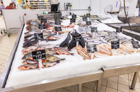 shelf ice: SAMARA, RUSSIA - AUGUST 29, 2015: Raw and frozen fish ready for sale in the supermarket
