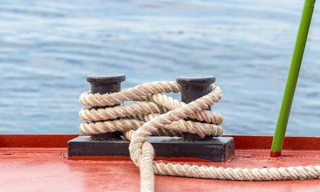 mooring bollard: Mooring bollard with a fixed rope on the ship