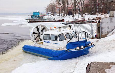 aéroglisseur: SAMARA, RUSSIE - 6 mars 2016: transporteur Hovercraft à la digue Volga journée d'hiver