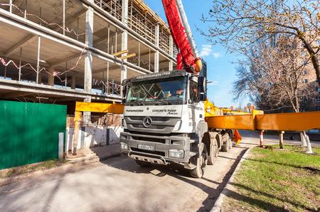 サマーラ, ロシア連邦 - 2016 年 4 月 26 日: 自動車コンクリート ポンプ マシン建設ビルで大量にコンクリートをポンプすることができます。 報道画像