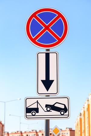 evacuacion: Señal de tráfico de la prohibición de estacionamiento. Evacuación de camión de remolque