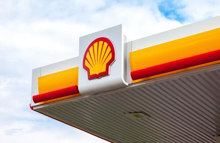 REGIONE DI LENINGRAD, RUSSIA - 31 LUGLIO 2016: L'emblema della compagnia petrolifera Royal Dutch Shell. Shell è un'azienda petrolifera e gas multinazionale anglo-olandese Editoriali