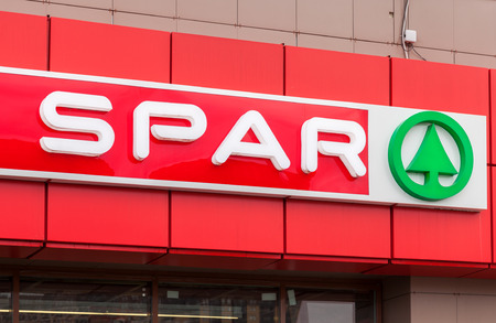 SAINT PETERSBURG, RUSLAND - 29 juli 2016: Logo van de supermarkt Spar is een internationale retailketen en franchise