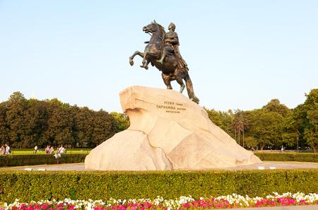 uomo a cavallo: San Pietroburgo, Russia - 27 luglio 2016: La statua equestre di Pietro il Grande (cavaliere di bronzo), alla luce del tramonto