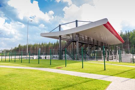 schlagbaum: Region Tver, Russland - 26. Juni 2016: Ladepunkt auf der Mautstraße. Russische Autobahn Nummer M11