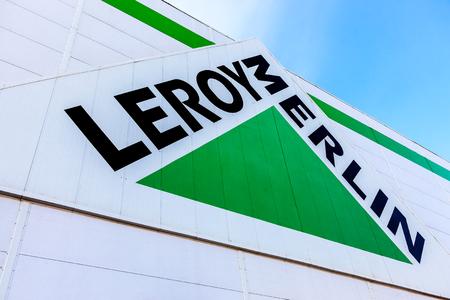 mago merlin: SAMARA, Rusia - 9 de octubre 2016: Leroy Merlin signo marca contra el cielo azul. Leroy Merlin es una de mejoramiento del hogar y jardinería minorista francés que sirve trece países