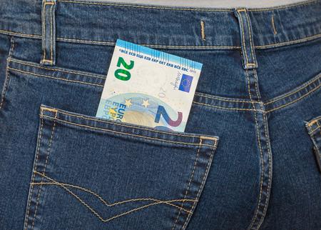 money in the pocket: Billete de banco de ? 20 que sobresale del bolsillo de los vaqueros de la espalda. El dinero para viajes y compras