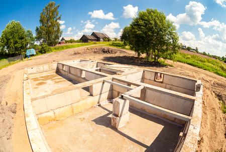 Vista del cantiere e della fondazione della casa nel processo di preparazione in estate