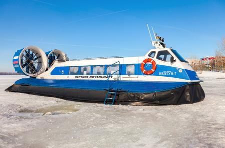 aéroglisseur: SAMARA, RUSSIA - MARCH 11, 2017: Hovercraft on the ice of the frozen Volga river in Samara, Russia