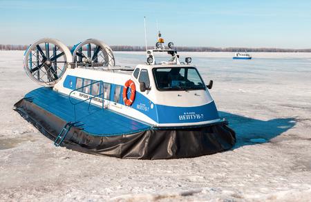 aéroglisseur: SAMARA, RUSSIA - MARCH 11, 2017: Passenger Hovercrafts Neptune-7 and Hivus-4 on the ice of the frozen Volga river in Samara, Russia