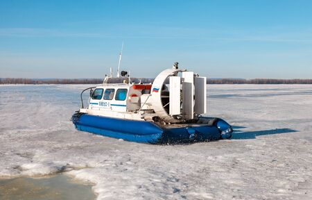 aéroglisseur: SAMARA, RUSSIA - MARCH 11, 2017: Hovercraft Hivus-4 with passengers on the ice of the frozen Volga river in Samara, Russia