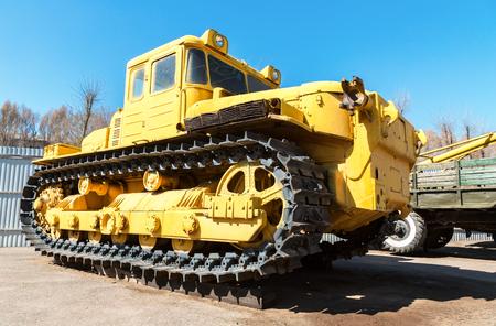Bulldozer giallo pesante della costruzione. Vista del primo piano di vecchio trattore a cingoli Archivio Fotografico
