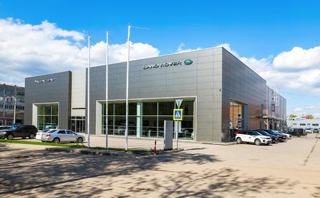 Samara, Rusko - 13. května 2017: Kancelář oficiálního prodejce Jaguar, Land Rover. Jaguar je značka britského výrobce automobilů Jaguar Land Rover