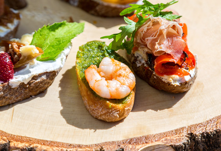 vegetarian hamburger: Sandwich with shrimps and fresh vegetables on wooden board
