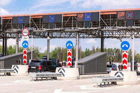 モスクワ, ロシア連邦 - 2017 年 7 月 16 日: 車の有料道路の支払いの自動点を通るします。ロシアの高速道路数 M11