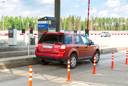 モスクワ、ロシア-7 月16、2017: 有料道路の支払いの自動ポイントを通過する車。ロシアハイウェイ番号 M11