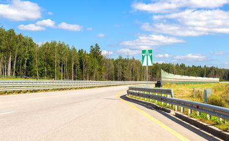 夏の日の高速道路は澄んだ青い空