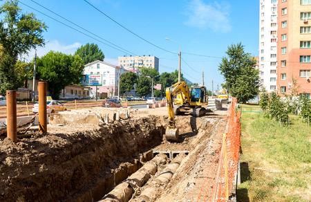 Samara, Rusland - 3 september 2017: Reparatiewerkzaamheden van verwarmingskanaal. Vervangende leidingen van de verwarmingsleiding in de zomer