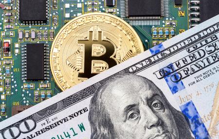 Bitcoin de oro de la criptomoneda digital, componente de la computadora electrónica y dólar americano. Concepto de negocio de dinero virtual nuevo