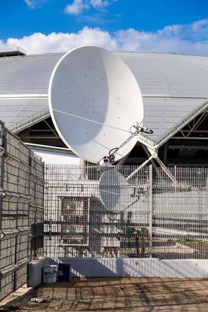 Samara, Rusia - 16 de mayo de 2018: Antena parabólica de comunicación espacial en el estadio Arena de Samara Editorial