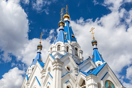 Blue and golden domes of Church of the Nativity of the Blessed Virgin against the blue sky in Samara, Russia Standard-Bild