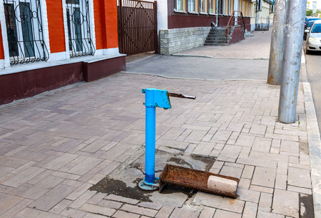 Point of withdrawal old water pump on the city street in Samara, Russia Imagens