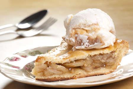 pastel de manzana: Tarta de manzana con helado de vainilla caramelo Foto de archivo