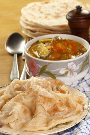 lenteja: Roti Parata con Curry de lentejas Foto de archivo