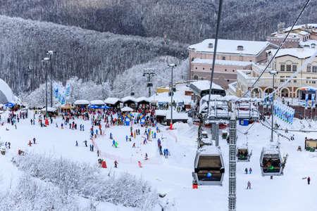 ソチ, ロシア - 2015 年 1 月 9 日: 覆われた雪でスキーし、索道リフト クラスナヤ ポリヤナに冬マウンテン リゾート スキーヤーやスノーボード ライダ