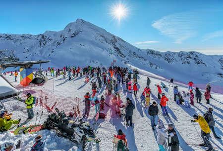 Sotschi, Russland - 7. Januar 2018: Verschneite Winterskipisten in Gorky Gorod Mountain Ski Resort voller Skifahrer und Snowboarder. Malerische sonnige Landschaft des blauen Himmels mit Aibga-Bergspitze im Hintergrund. Editorial