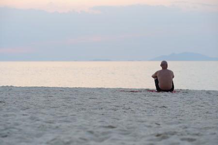 hombre solitario: Hombre viejo solitario en la playa