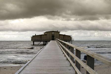 badhuis: Mooi badhuis en dramatische hemel in, Sweden