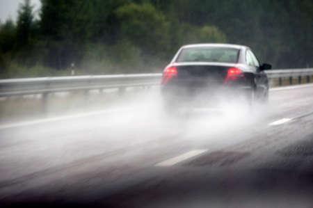 raining: Conducción de automóviles bajo la lluvia Foto de archivo