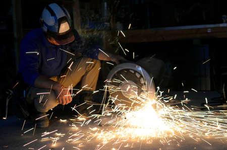 電動ろくろ作業空間における鋼管の研削します。