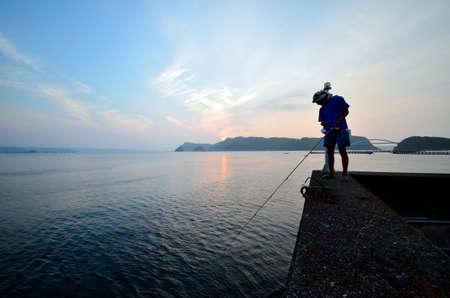 amanecer: Pescador y el mar del sur de Japón Foto de archivo