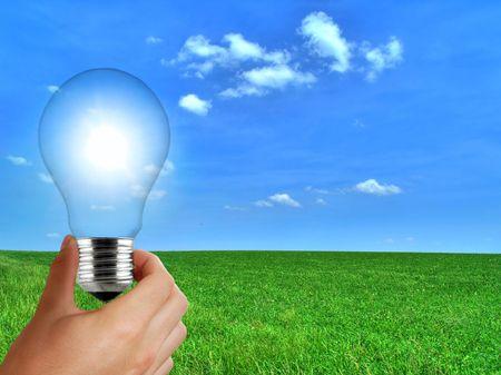 recursos naturales: Eco bombilla concepto de energ�a solar renovable Foto de archivo