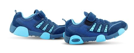 untied: Zapatillas de andar por s� mismos aislados sobre fondo blanco