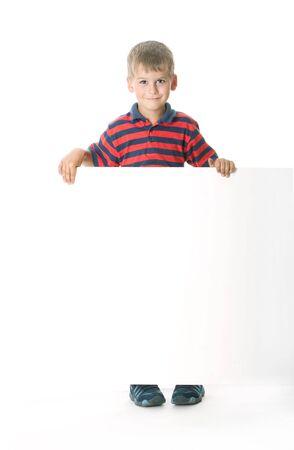 ni�os sosteniendo un cartel: Chico sosteniendo una bandera aislada sobre fondo blanco