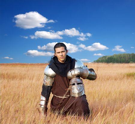caballero medieval: Caballero medieval en el campo con un hacha