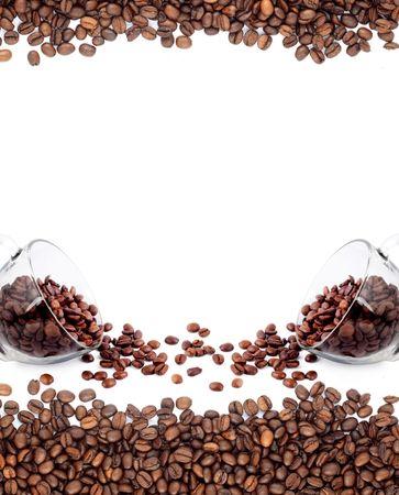 granos de cafe: Taza de caf� de frijoles sobre fondo blanco