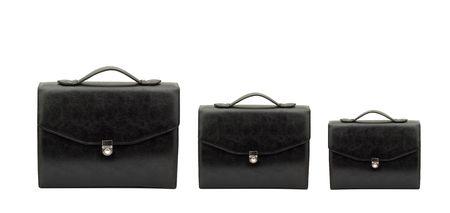 black briefcase: Cerrado el malet�n negro aislado sobre fondo blanco