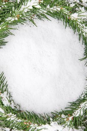 evergreen branch: Marco de Navidad con nieve aislada sobre fondo blanco  Foto de archivo