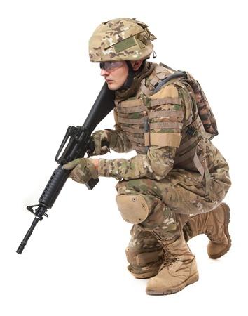 soldado: Soldado moderno con rifle aislado en un fondo blanco