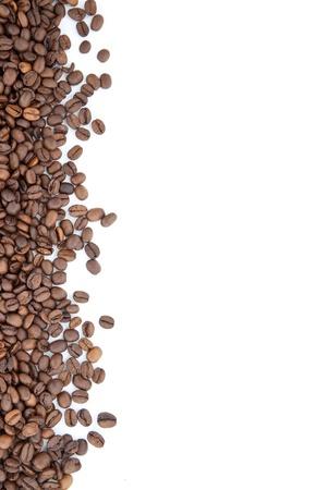 granos de cafe: Marr�n caf� tostado aisladas sobre fondo blanco Foto de archivo