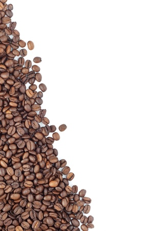 granos de cafe: Marrón café tostado aisladas sobre fondo blanco Foto de archivo