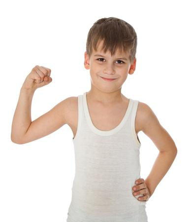 boast: Ragazzo che mostra il suo muscolo su sfondo bianco