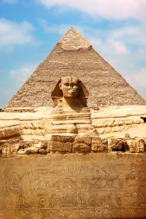 sfinx: Sphinx en de grote piramide in de Egypte  Stockfoto
