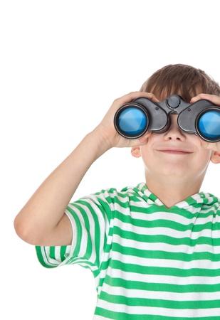 lejos: Chico con binoculares aislados sobre un fondo blanco