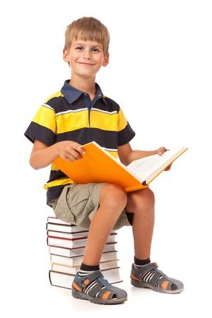 ni�os saliendo de la escuela: Estudiante est� sentado en libros aislados en un fondo blanco