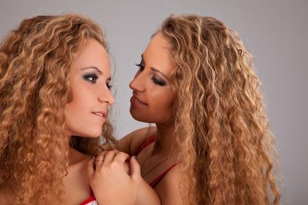 soeur jumelle: Sttudio tir� portrait isol� sur fond de deux s?urs jumelles amis des femmes